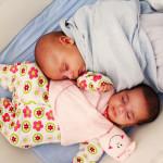 תאומים בערסל לתינוקות תאומים בעריסה